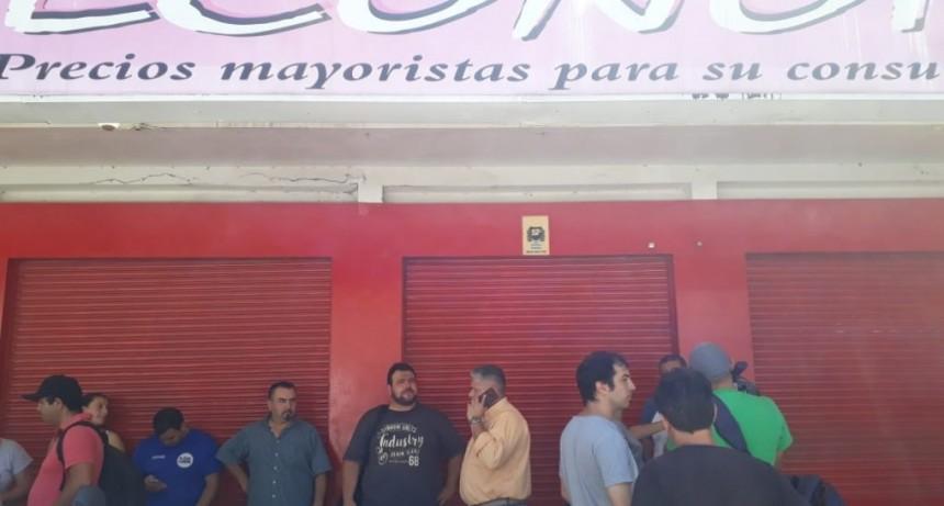 Cerró el Supermercado ECONOMO y dejó a los empleados en la calle y sin respuestas.