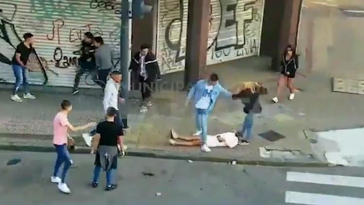 Brutal pelea en La Plata: una mujer quedó inconsciente luego de recibir un feroz golpiza que incluyó patadas en la cabeza