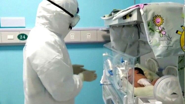 El caso Xiaoxiao: una bebé recién nacida contrajo coronavirus y se recuperó sin recibir medicinas