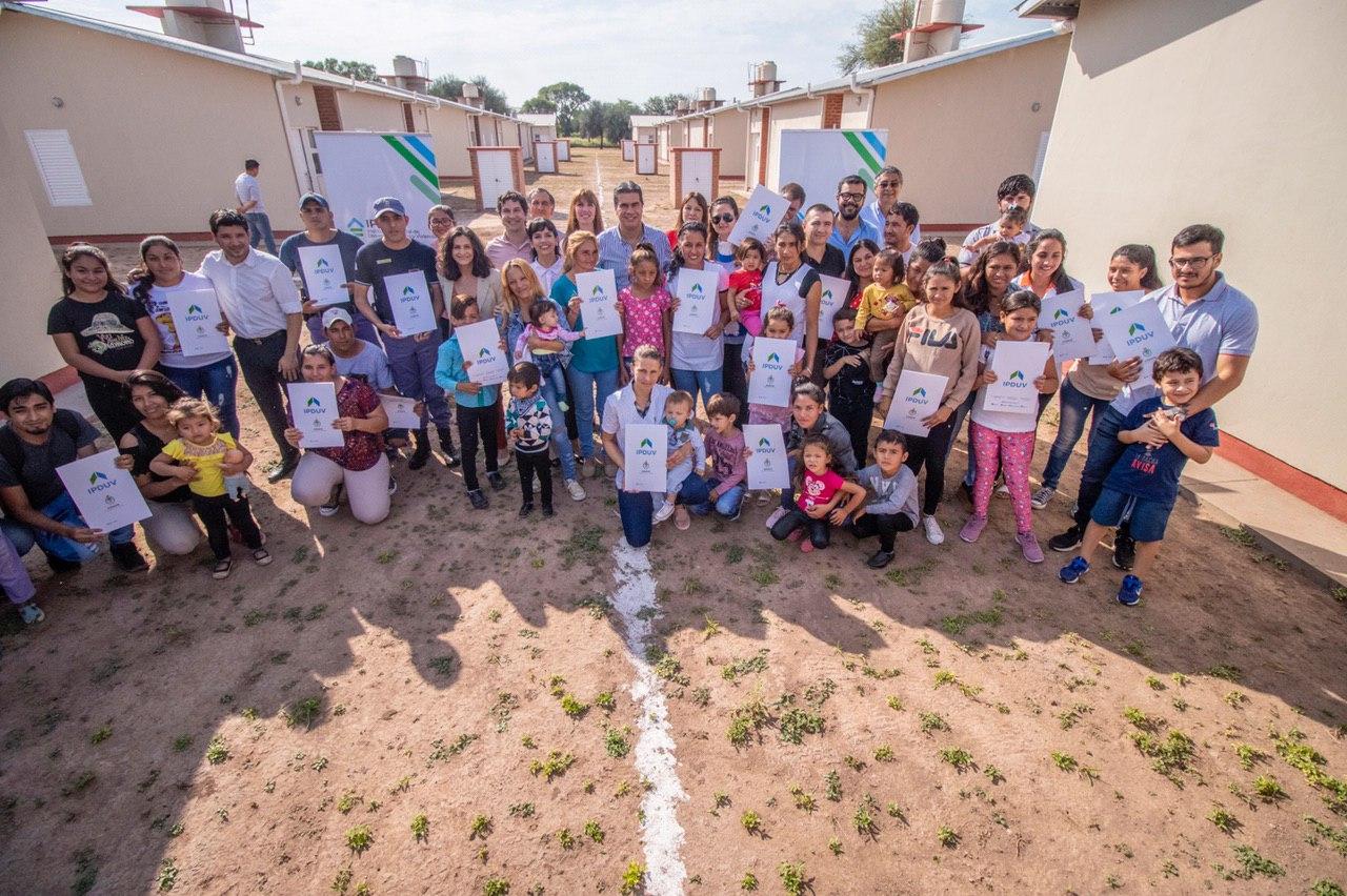 """Capitanich entregó viviendas en los Frentones: """"haremos el máximo esfuerzo para llegar a muchas familias mas"""