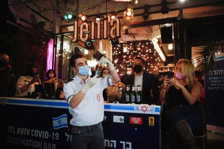 Un trago por una vacuna: un bar israelí ofrece una bebida gratis a quienes se inmunicen contra el COVID-19 en el lugar