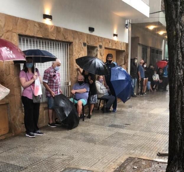 El gobierno porteño dejó bajo la lluvia a mayores de 80 que fueron a vacunarse