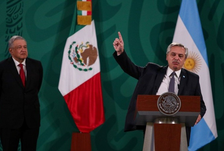 Desde México, Alberto Fernández defendió a los vacunados VIP y apuntó contra la oposición y la Justicia que investiga el caso