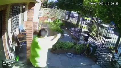 Video: un bombero echó a tiros a tres ladrones que entraron a su casa