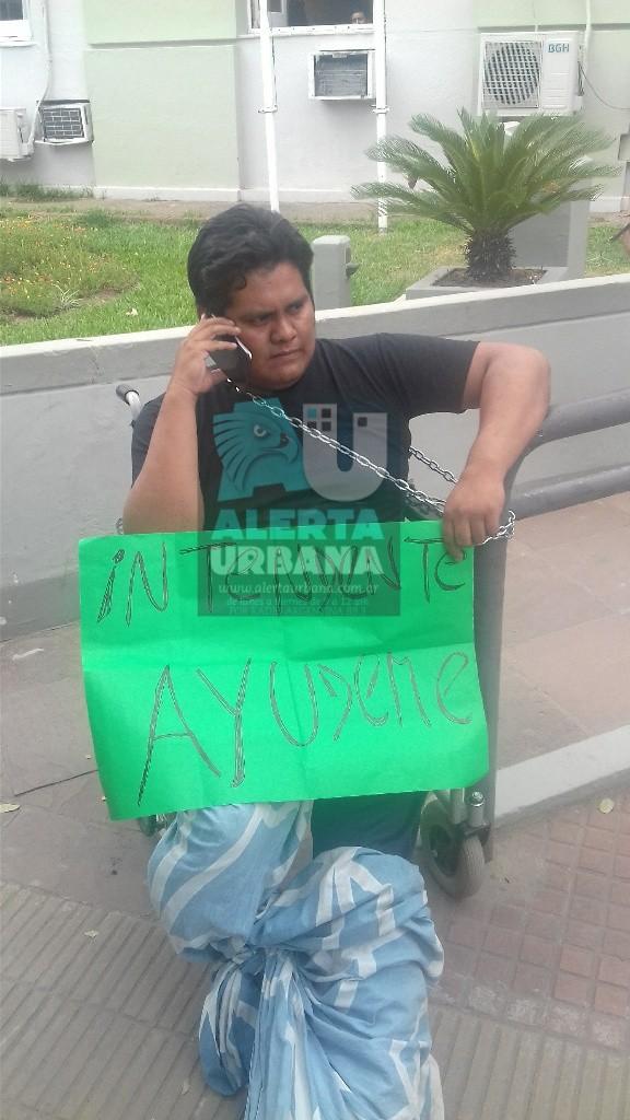 Aborigen discapacitado se encadenó en el acceso de la Municipalidad