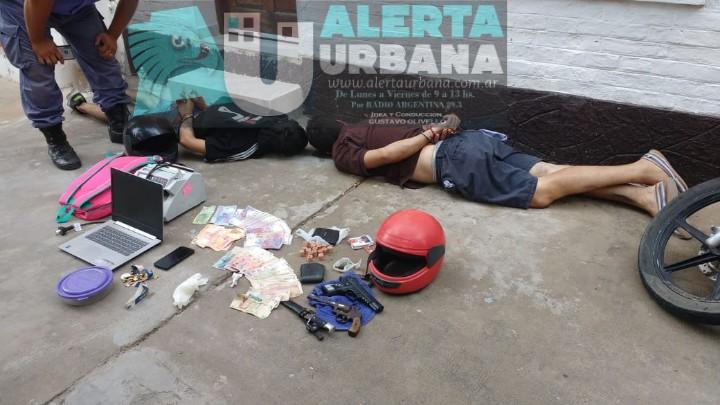 Detienen a dos hombres que robaron 20 mil pesos y otros elementos de una agencia.