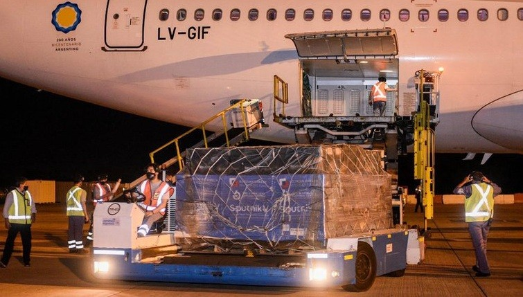 Llegó el primero de los dos vuelos de Aerolíneas Argentinas con 517.500 dosis de la vacuna rusa Sputnik V