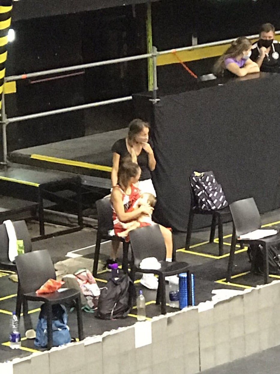 Amamantó a su hija en el entretiempo de un partido de básquet