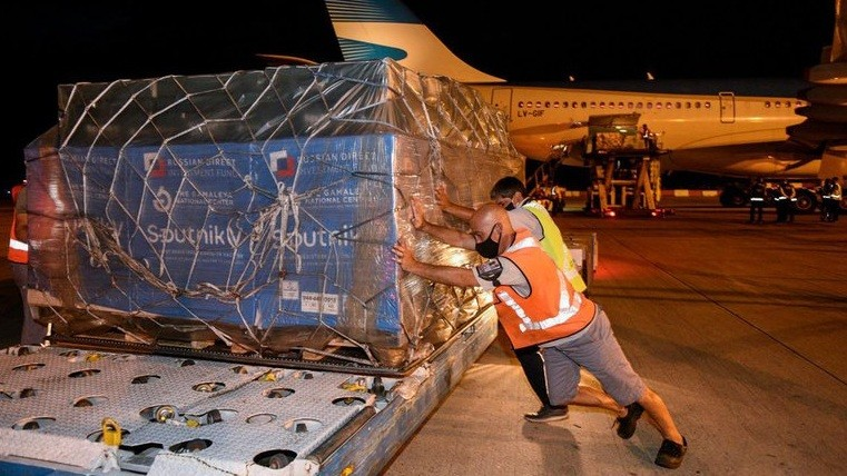 Llegó de Rusia un vuelo con 732.500 dosis de Sputnik V y Argentina ya supera los 4 millones de vacunas
