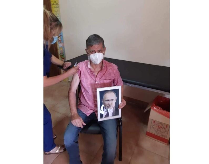 La historia del intendente que se vacunó con la foto de Putin