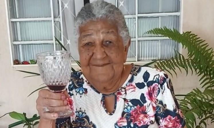 Tiene 101 años y armó un CV para trabajar y comprar vino
