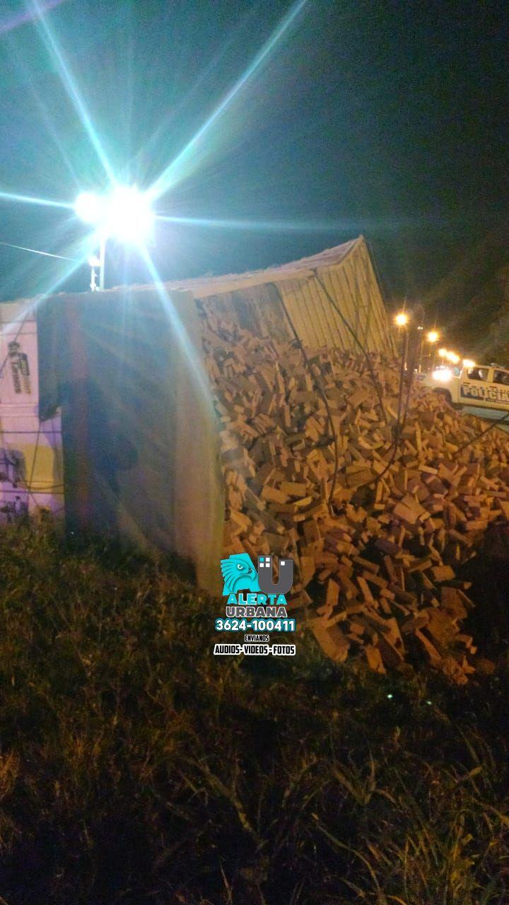 Las Breñas: volcó un acoplado que transportaba ladrillos