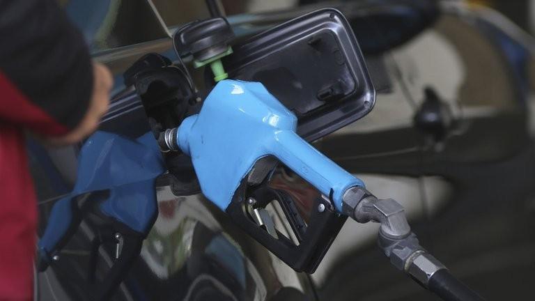 Subieron los impuestos a los combustibles y generan presión para un nuevo aumento de naftas y gasoil