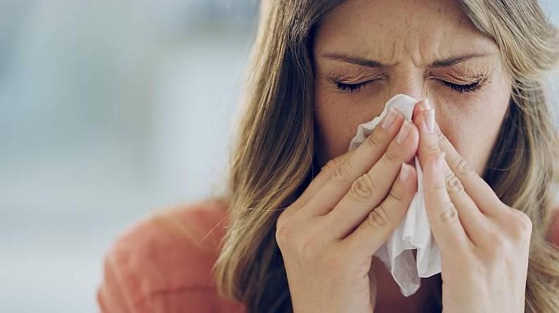 Científico asegura que el resfrío puede bloquear y proteger del covid