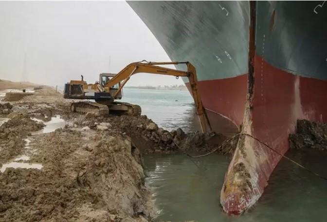 Deberán dragar casi 20.000 metros cúbicos de arena para liberar el buque del canal de Suez