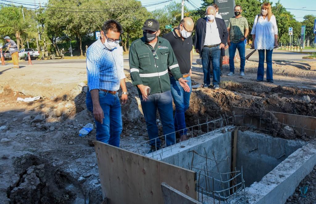 Gustavo Martínez recorrió  la obra de desagües en Av. los Inmigrantes junto a vecinas y vecinos