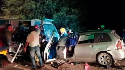 Mueren 9 personas tras chocar un auto y una ambulancia en La Rioja