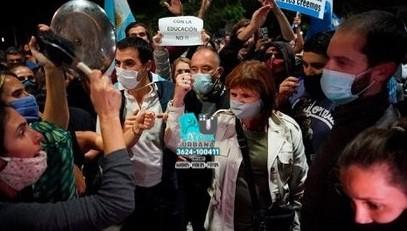 Cacerolazo y protesta tras las restricciones anunciadas