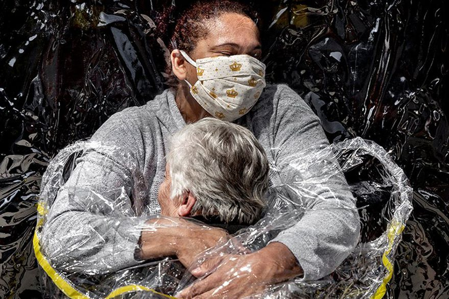 Anciana abrazando a una enfermera: World Press Photo 2021