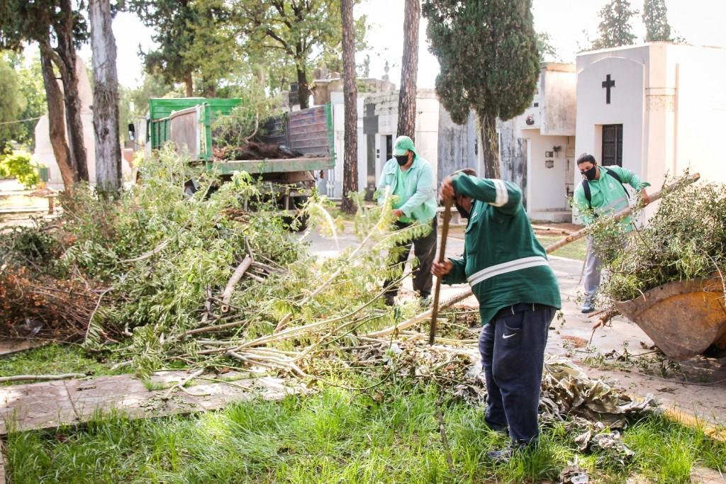 Operativo de limpieza integral en el cementerio San Francisco Solano