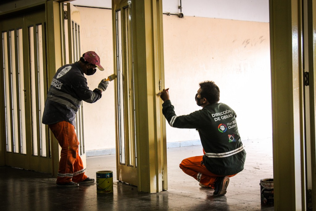 Realizan tareas de pintura en el colegio Lino Torres