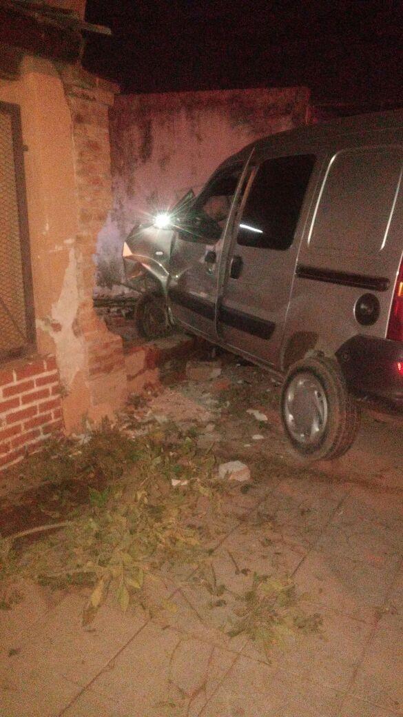 Madrugada accidentada: una Renault Kangoo terminó incrustada en una casa, al romper su mampostería.