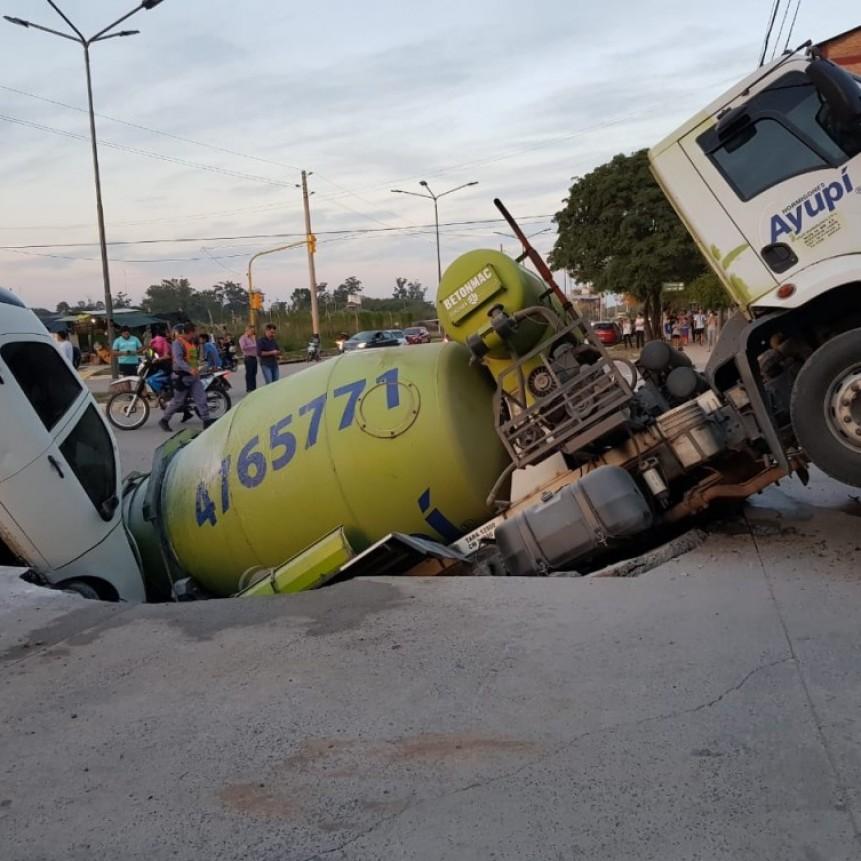Camión y automóvil casi son tragados por el pavimento