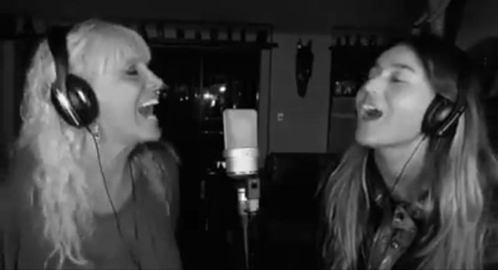 Valeria Lynch y su hija cantan