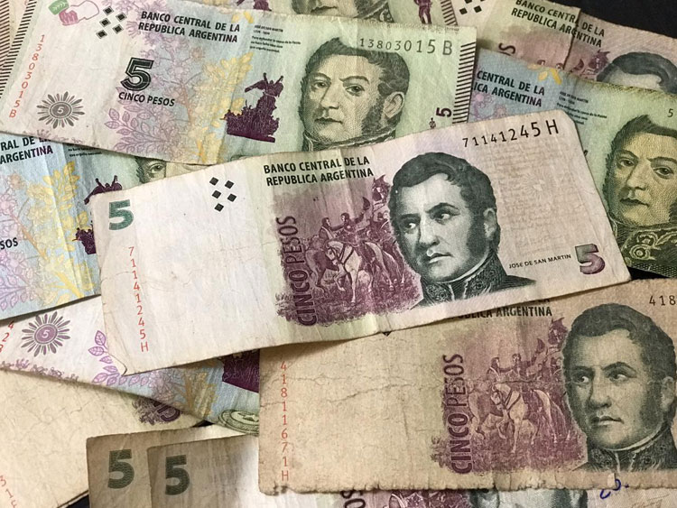 Volvieron a prorrogar el plazo para canjear los billetes de 5 pesos en los bancos.