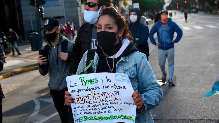 Un grupo de personas protestó contra la cuarentena en la Plaza de Mayo.