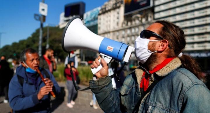 El Gobierno les dará más poder a los piqueteros para evitar la protesta callejera durante la pandemia