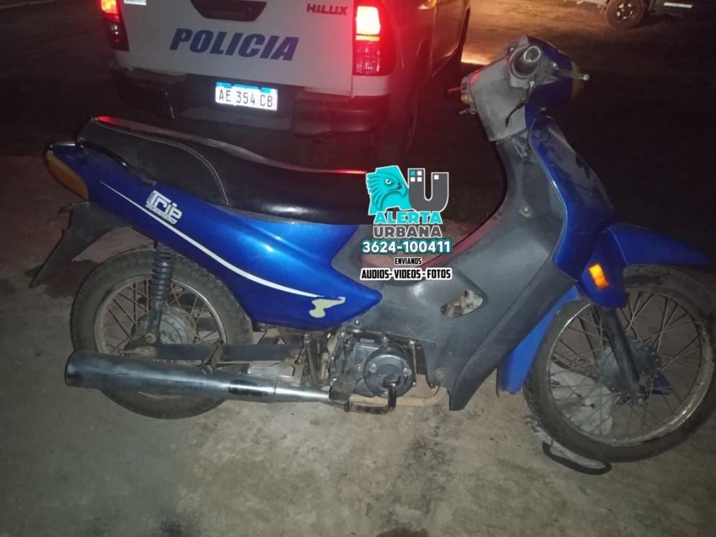 Abandonan una motocicleta al ver un móvil policial