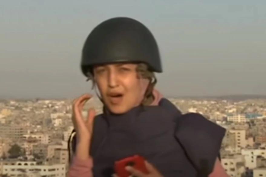 Una periodista trasmitía en vivo desde Gaza cuando un misil destruyó un edificio