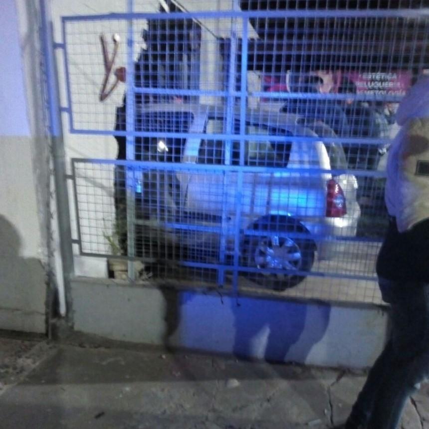 Auto destruyó el frente de un salón de estética