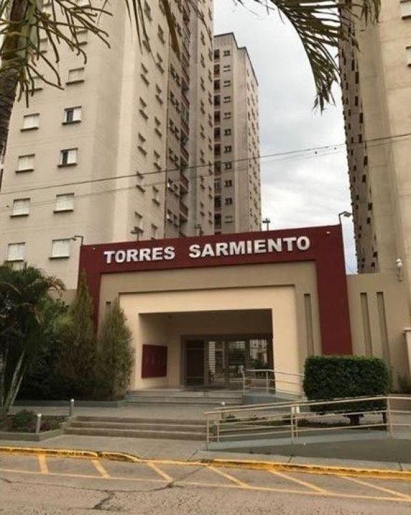 """El gobierno informó que hizo el hisopado a 17 casos sospechosos en las """"Torres Sarmiento""""."""