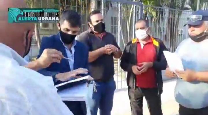 Trabajadores de taxis y remises se manifestaron frente a la Municipalidad