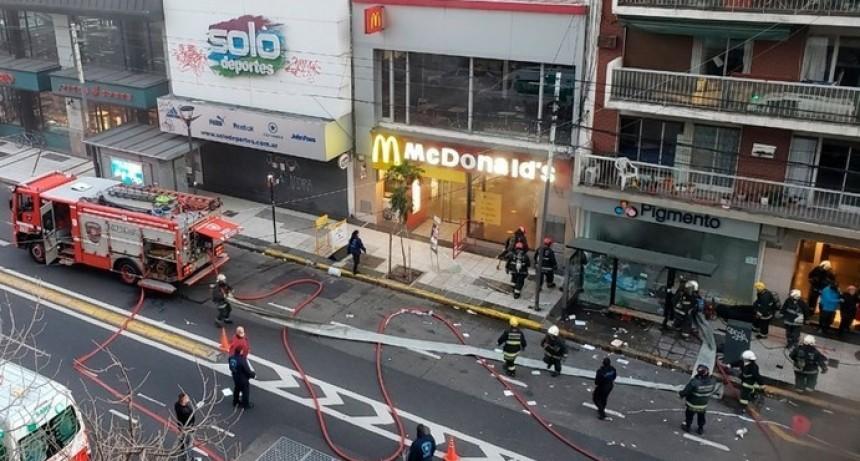 Buenos Aires: Incendio y explosión en una perfumería de Villa Crespo. Dos bomberos murieron y otros seis están heridos