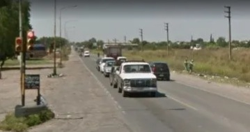 Dos motochorros intentaron robar un auto: el conductor mató a uno e hirió al otro.