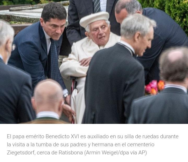 Benedicto XVI visitó su antigua casa en Alemania y la tumba de sus padres.
