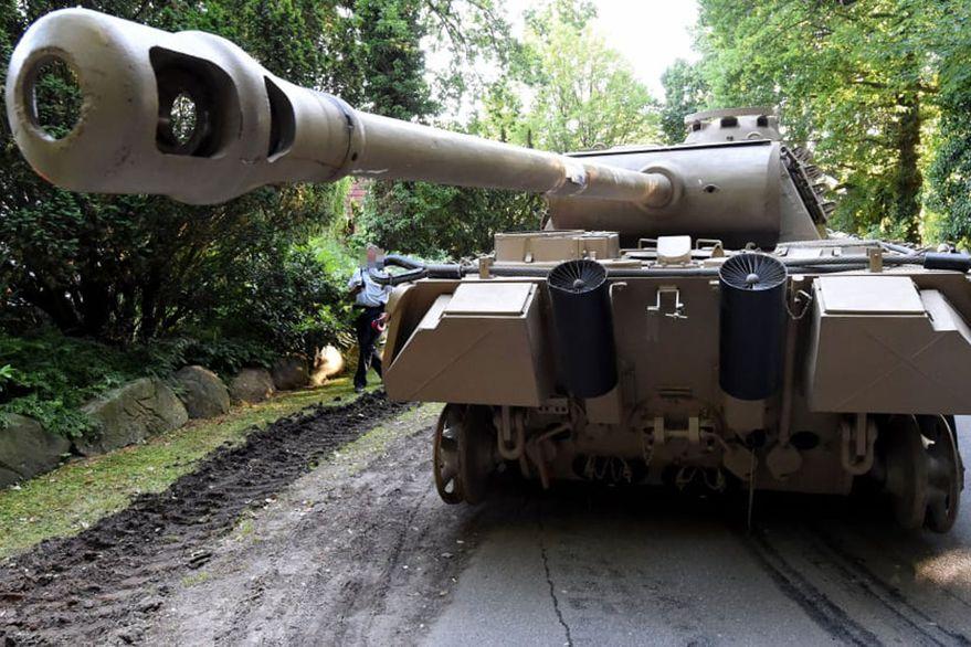 El jubilado que tenía un tanque de la Segunda Guerra Mundial estacionado en su garaje