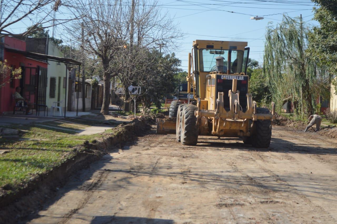 Barranqueras: comenzó la pavimentación en calle Guido Spano