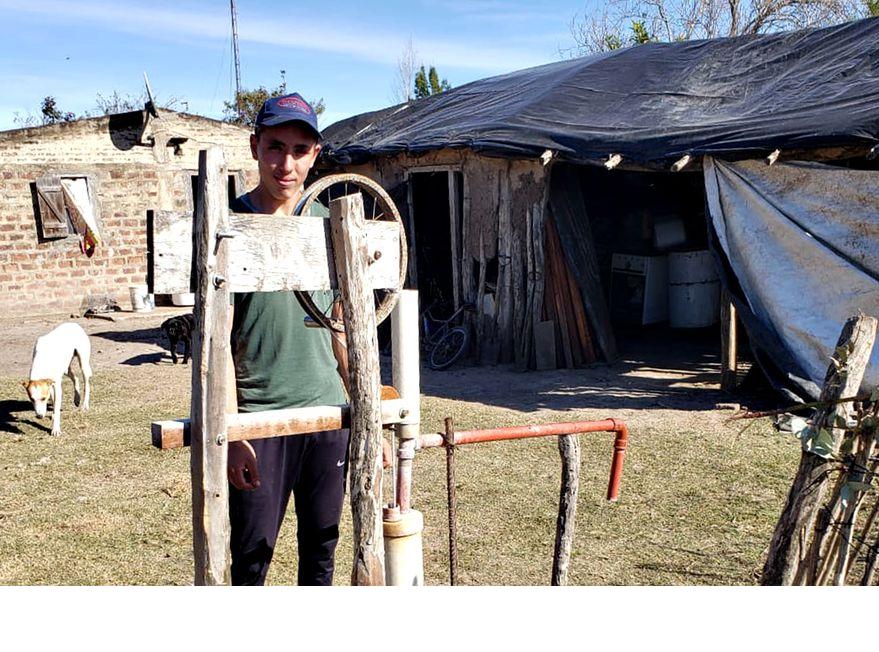 Un joven de 16 años invento un artefacto que cambio la vida en su huerta