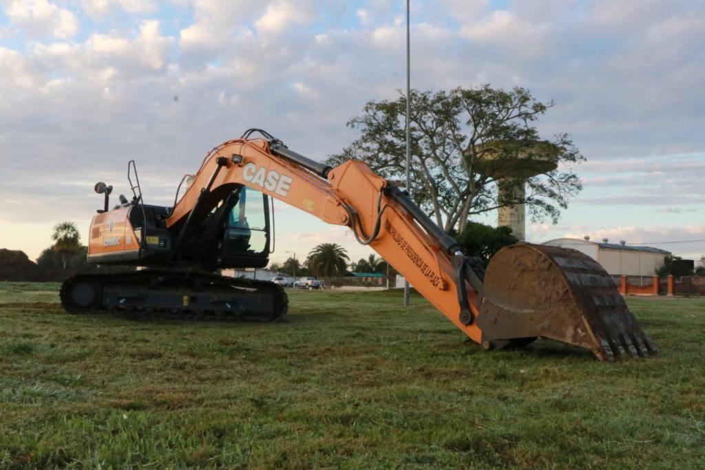 El Gobierno entregó una excavadora al municipio de La Plaza y avanza con obras históricas