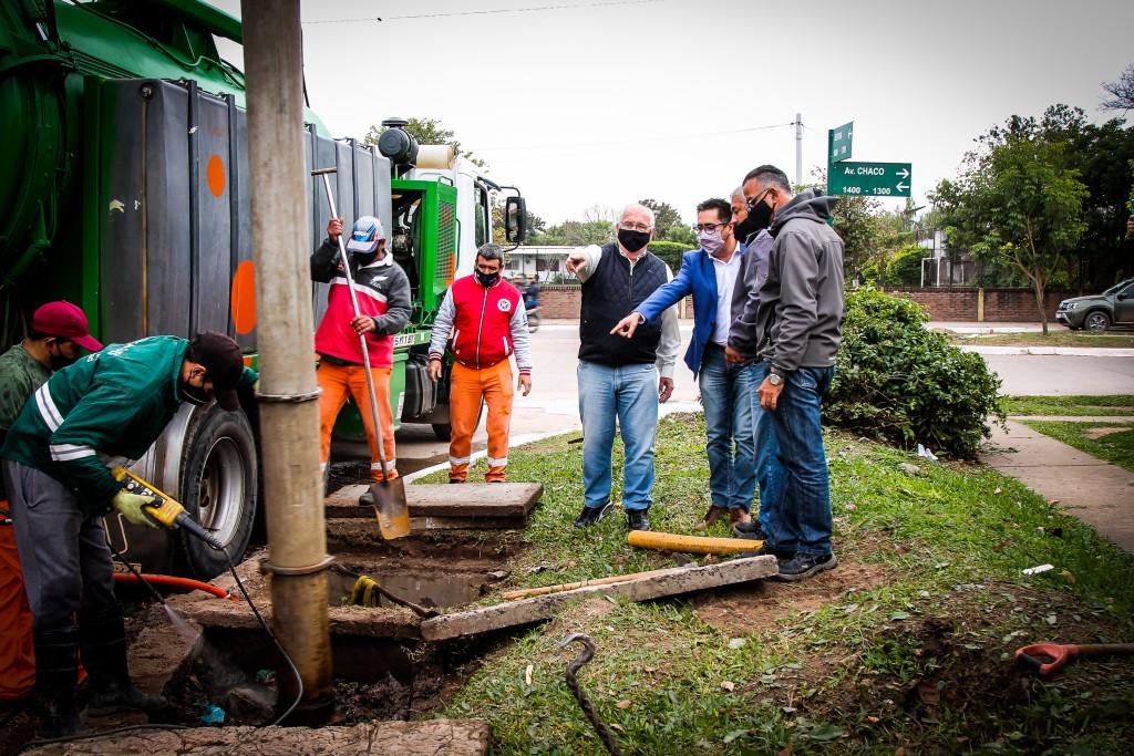 Gustavo supervisó la limpieza de desagües taponados en Chaco y Seitor