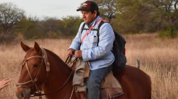 Recorre parajes a caballo para atender a gente de campo