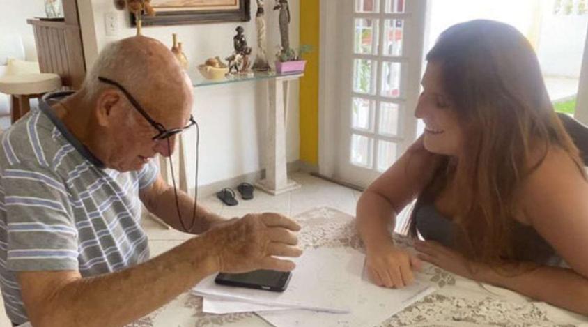 Su abuelo de 88 años no sabía enviar audios en WhatsApp y ella creó un tutorial casero para ayudarlo