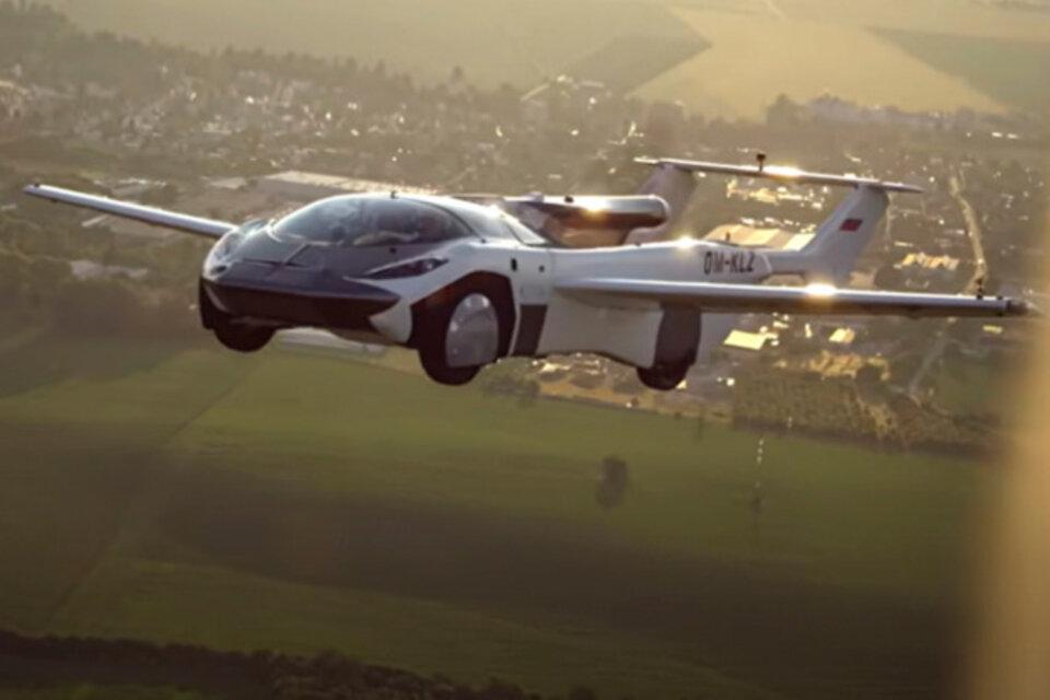 Un auto con alas vuela 80 kilómetros y aterriza en el aeropuerto de Bratislava