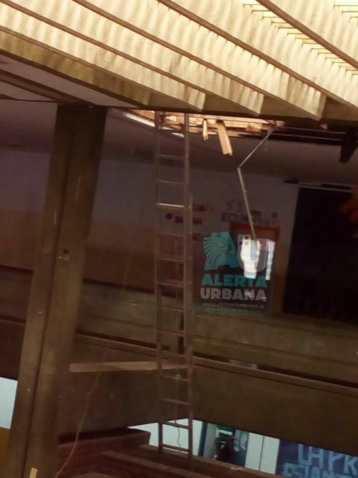 """Obrero que reparaba techo de la Escuela """"José Hernández"""" de Barranqueras cayó desde 4 metros."""