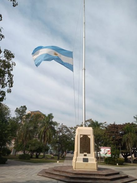 Bandera a media asta en Sáenz Peña por las tres personas fallecidas de covid-19