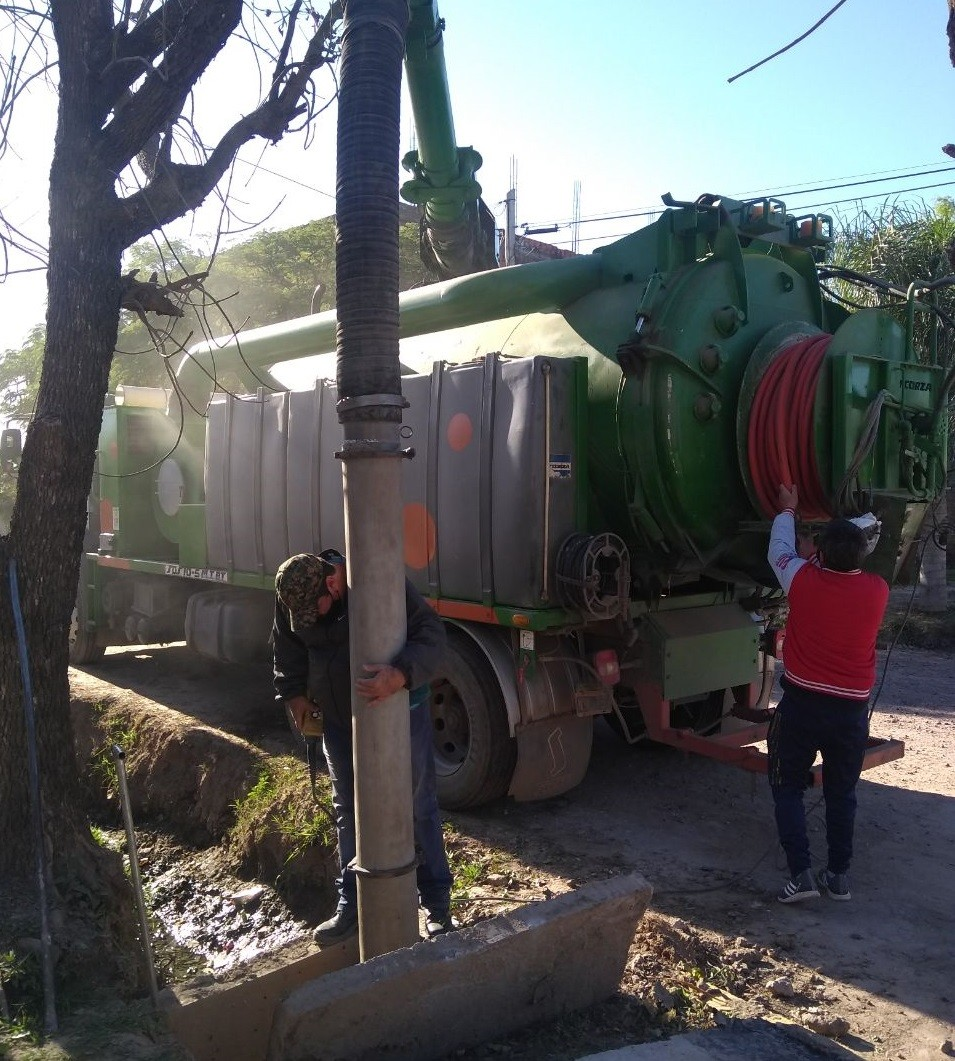 Av. Vélez Sarsfield: Se realizó trabajos de desagües con el camión desobstructor